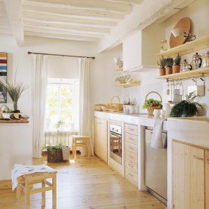 cocina campestre con muebles de pino