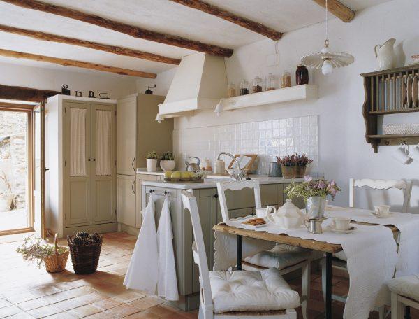 cocina campestre con muebles tradicionales