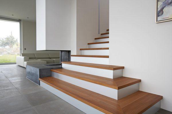 escalera de madera clasica